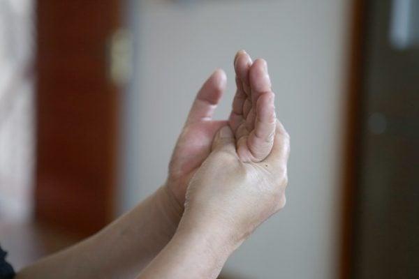 đau đầu ngón tay là bệnh gì