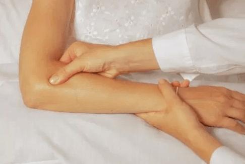 chữa bệnh đau khớp khuỷu tay hiệu quả
